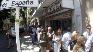 Los empleados de la Administración exigen un aumento del 50%... en Argentina