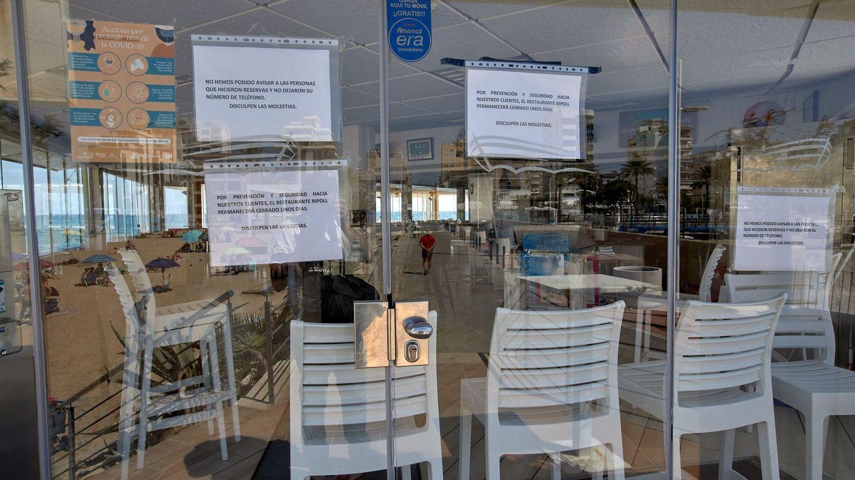 Un restaurante cerrado en Gandía, cerrado tras el positivo de un cliente. (EFE)