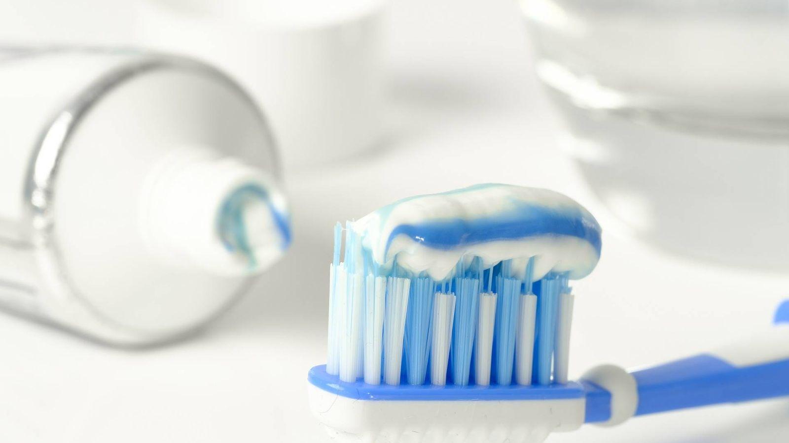 Foto: Un cepillo con pasta de dientes. (Pixabay)