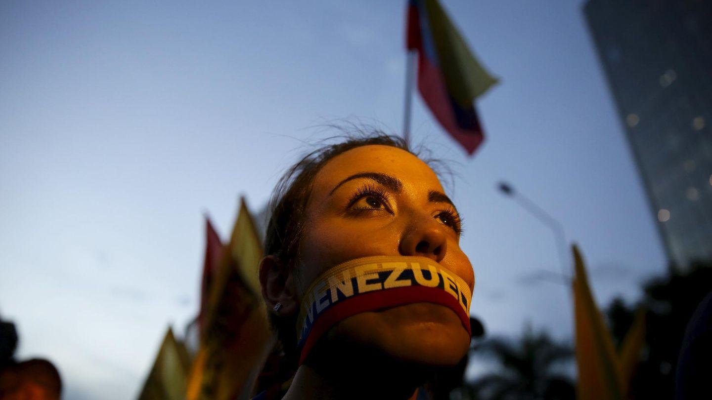 Una opositora con una pegatina con los colores de la bandera venezolana en la boca durante el cierre de campaña en Caracas (Reuters).