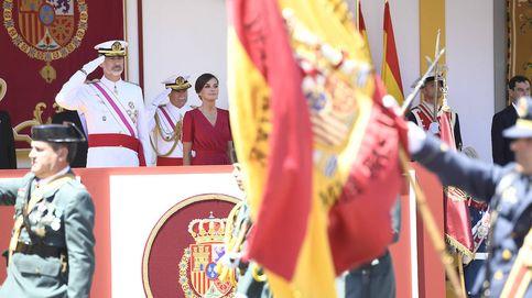 Los Reyes en el Día de las Fuerzas Armadas: estilismos patrióticos, un sol abrasador y problemas con el izado de la bandera