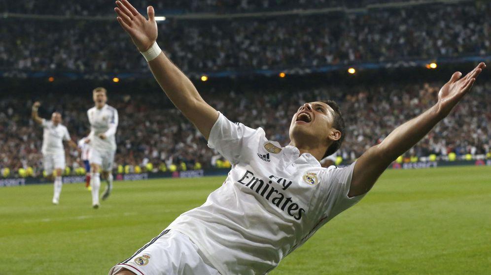 Foto: Chicharito dejándose caer sobre el césped del Bernabéu.