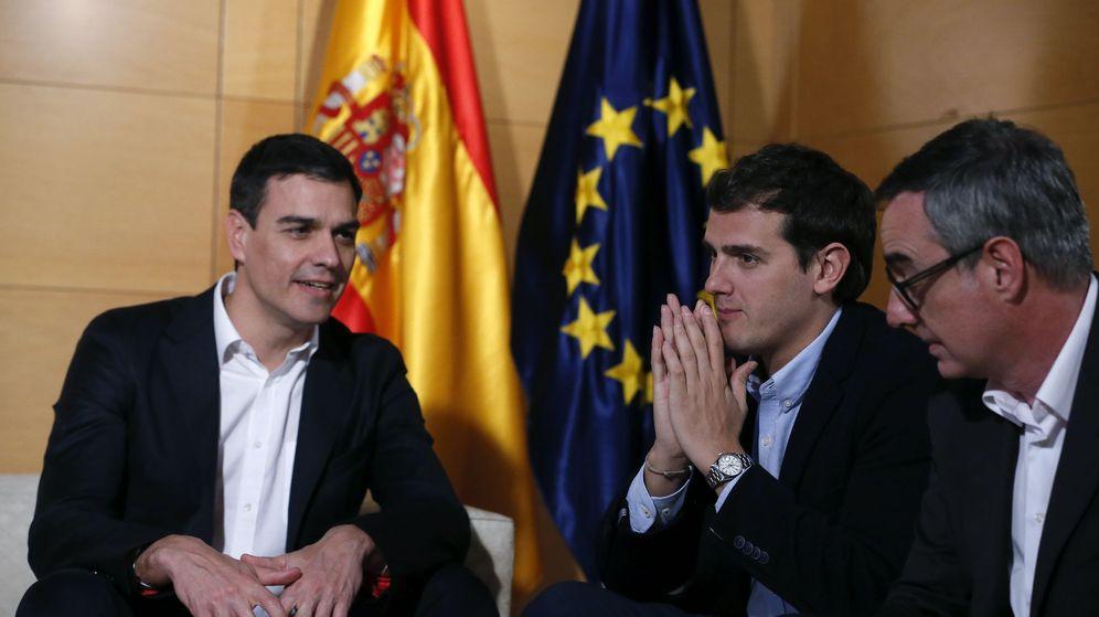 Foto: El presidente de Ciudadanos, Albert Rivera, y el portavoz del equipo negociador de C's, José Manuel Villegas, junto a Pedro Sánchez. (Efe)