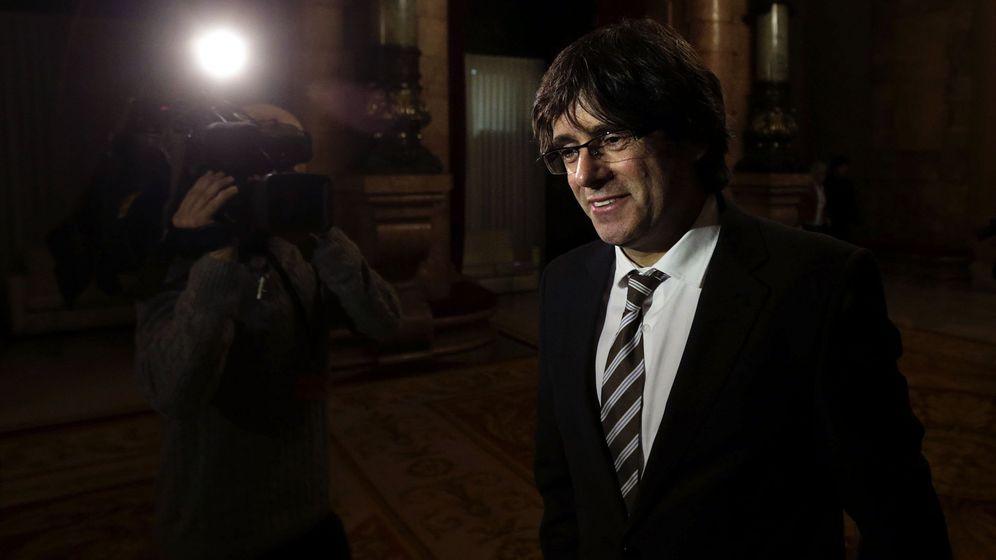 Foto: Carles Puigdemont, ayer, poco antes de ser investido 'president' de la Generalitat. (EFE)
