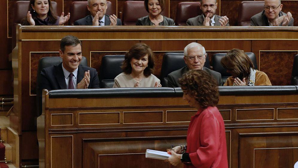 Foto: La ministra de Hacienda, María Jesús Montero, aplaudida por el presidente del Gobierno, Pedro Sánchez, y el resto de la bancada socialista, antes de su intervención en el debate de Presupuestos. (EFE)