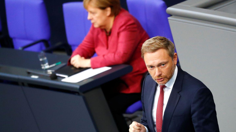 Lindner habla en el parlamento alemán cerca de la canciller Angela Merkel. (Reuters)