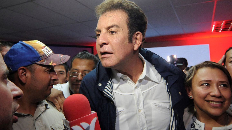 El candidato presidencial de la Alianza de Oposición contra la Dictadura, Salvador Nasralla, en la rueda de prensa en la que se ha proclamado vencedor. (EFE)