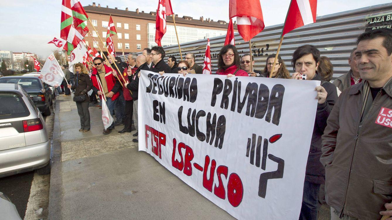 Foto: Concentración de escoltas ante la sede del Gobierno vasco, en 2012. (EFE/David Aguilar)