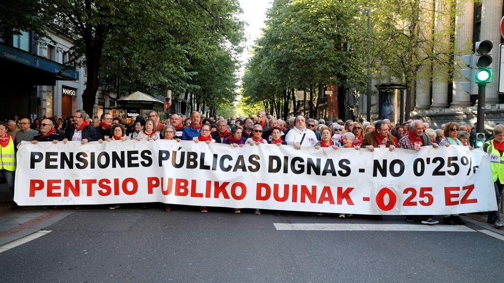 Foto: Cientos de pensionistas se manifiestan en Bilbao. (EFE)