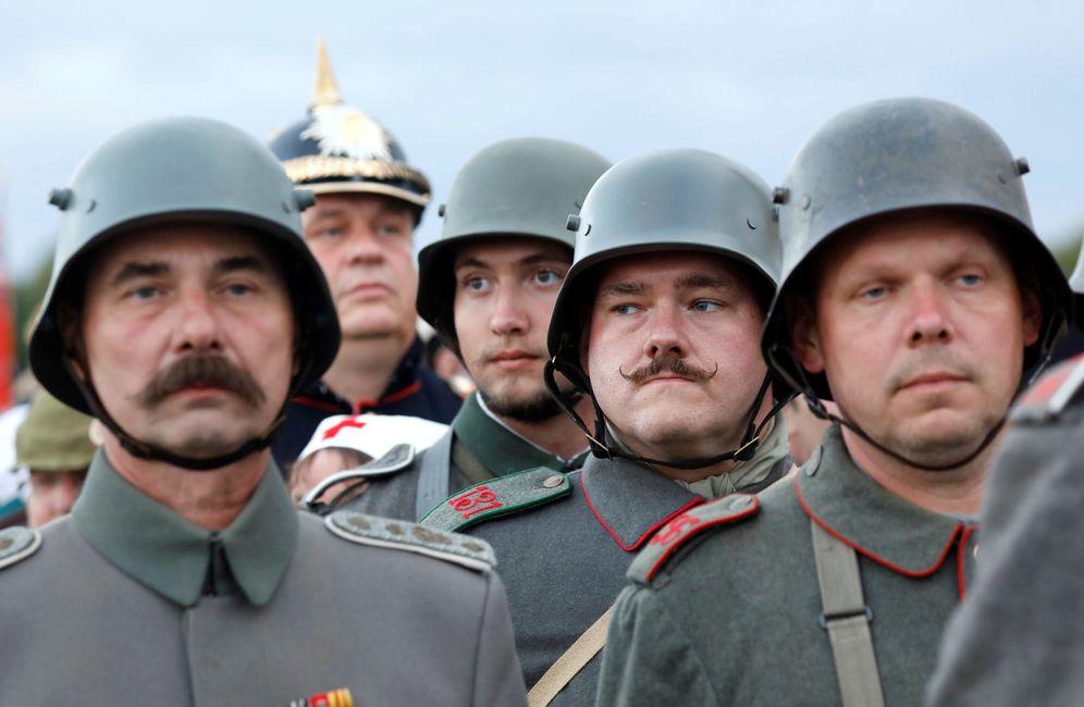 Foto: Alemanes con uniformes de la I Guerra Mundial durante una ceremonia para conmemorar la batalla de Verdún, el 24 de agosto de 2018. (Reuters)