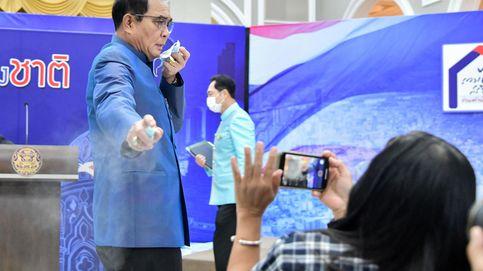 El primer ministro tailandés rocía con desinfectante a unos reporteros