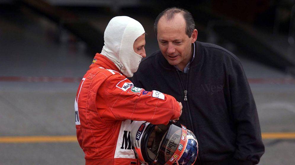 Foto: Ron Dennis y Michael Schumacher charlando en el GP de Japón de 1999.