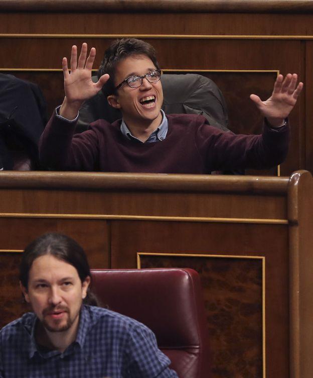 Foto: Íñigo Errejón, detrás de Pablo Iglesias durante el debate por el decreto de reforma de la estiba. (EFE)