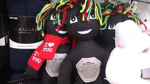 Retiran por racismo una muñeca negra diseñada para golpearla y reducir estrés