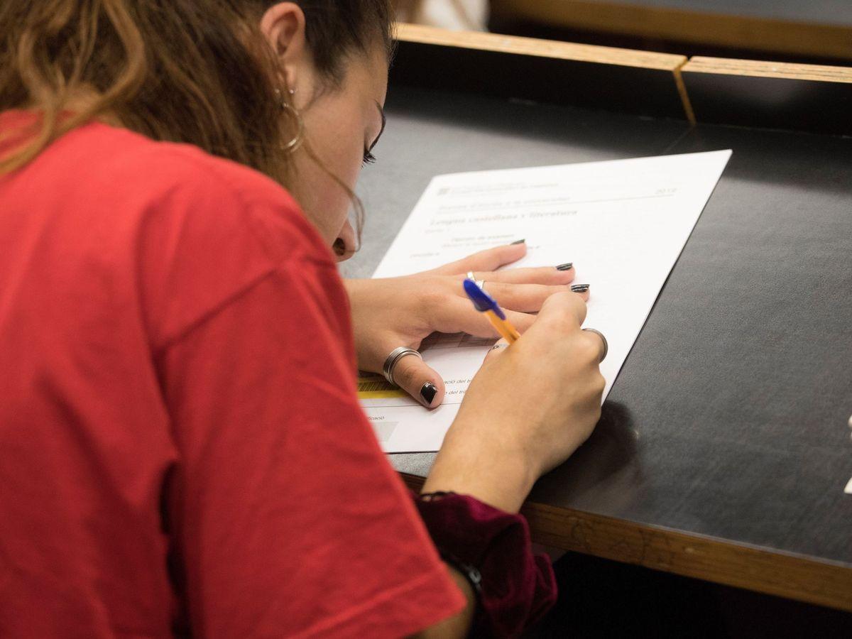 Foto: Una estudiante realiza sus exámenes de selectividad antes de la pandemia