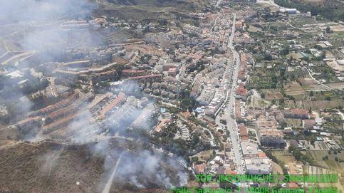 Tratan de extinguir un incendio forestal en Cenes de la Vega (Granada)