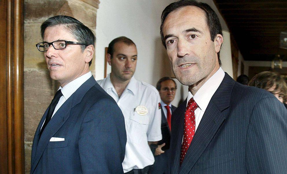Manuel Menéndez (d) y Felipe Fernández, ex director general de Cajastur. (EFE)