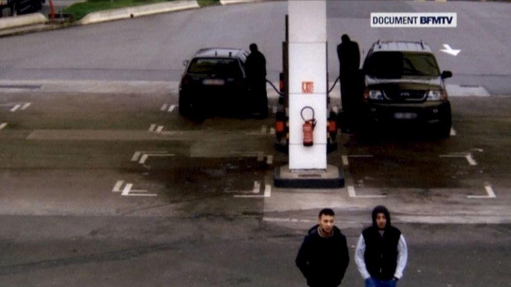 Foto: Salah Abdeslam (abajo, izquierda) y su cómplice Hamza Attou, captados por la cámara de seguridad de una gasolinera durante su huida de París a Bruselas tras los atentados, el 14 de noviembre de 2015. (Reuters)