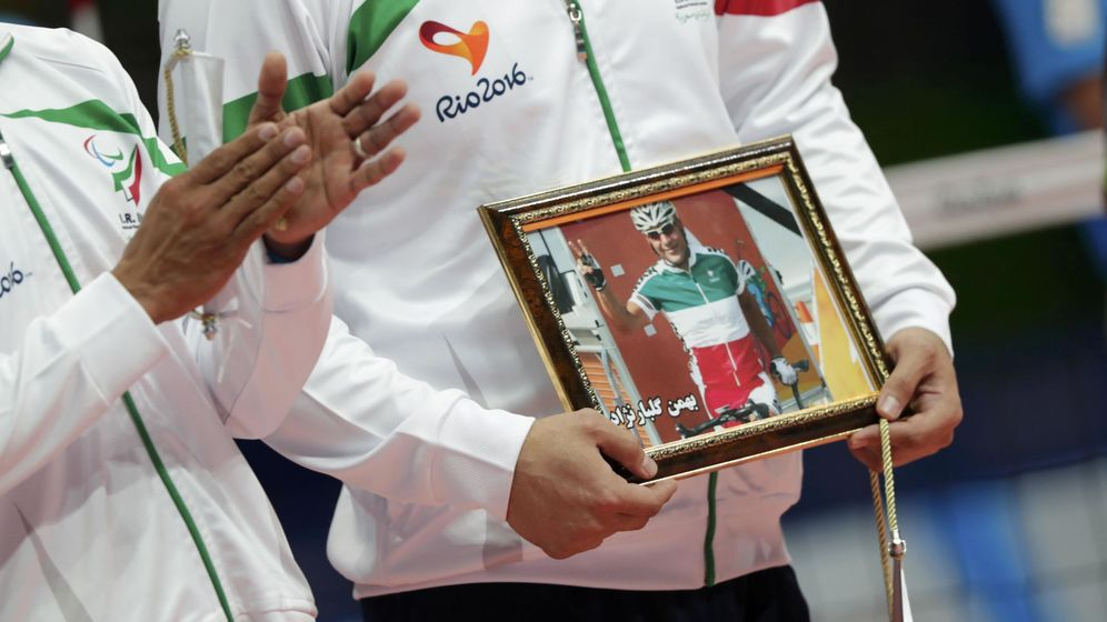 Foto: Antes de la final de voleibol hubo un recuerdo para Bahman Golbarnezhad, el ciclista iraní fallecido. (REUTERS)