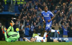 El 'abuelo' Eto'o manda un recado a Mou y mantiene líder al Chelsea