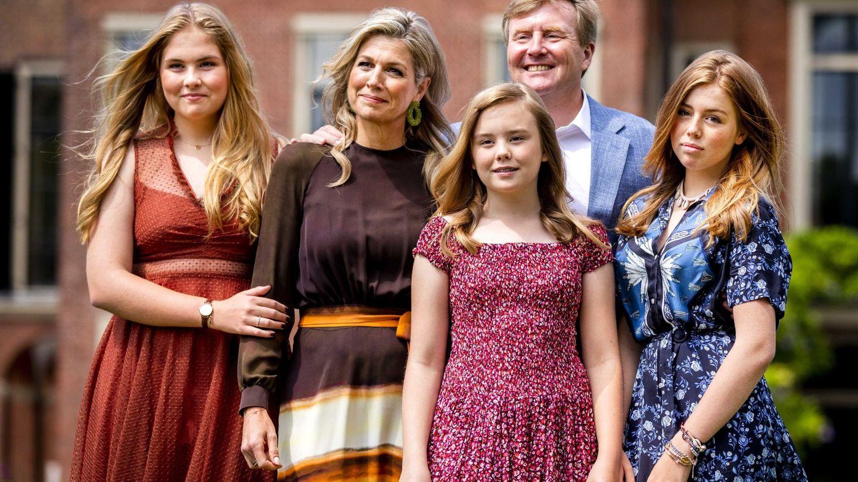Los reyes de Holanda con sus hijas, en el último posado de verano. (EFE)