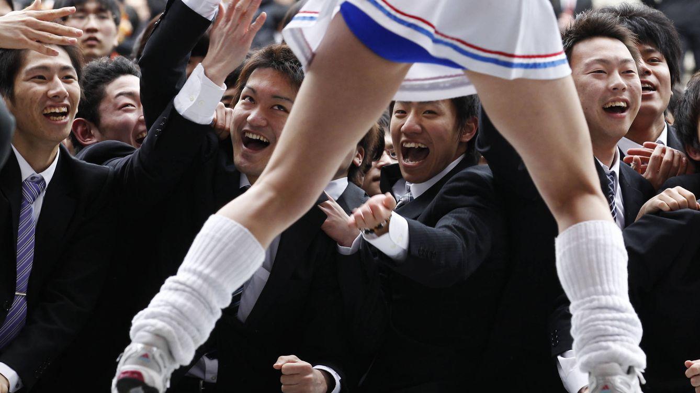 Foto: Estudiantes japoneses observan a una 'cheerleader' bailando en Tokio, 2012. (Reuters/Kim Kyung-Hoon)