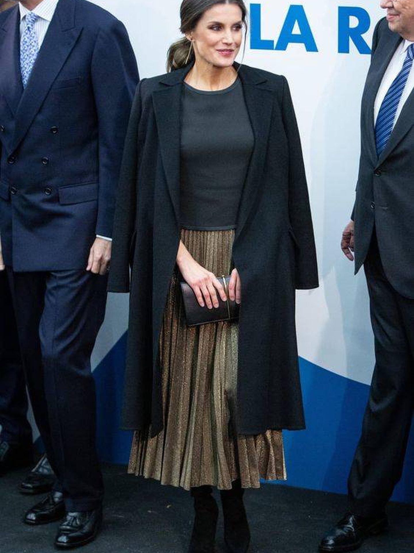 Doña Letizia con la falda midi plisada de Zara en cuestión en una de sus últimas apariciones públicas. (Pinterest)