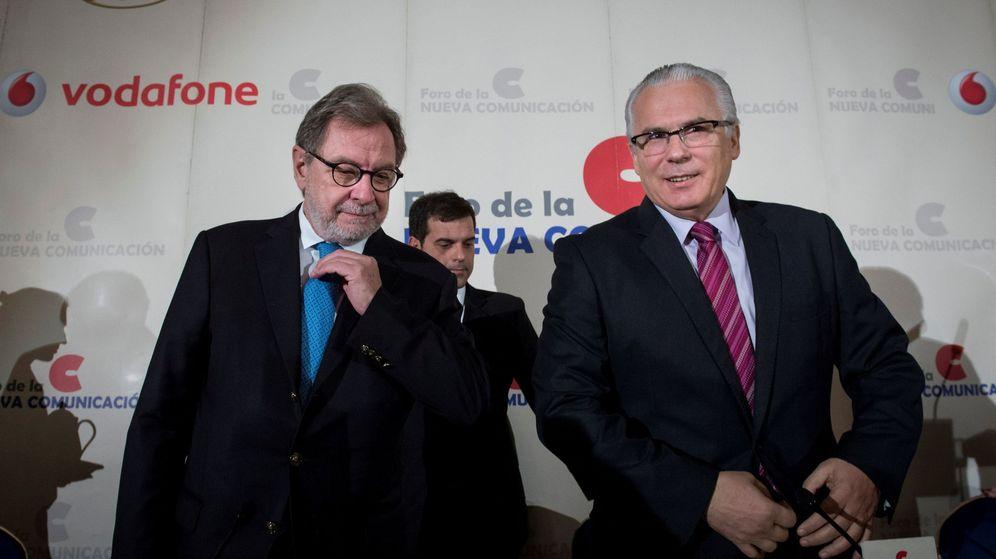 Foto: El presidente de PRISA, Juan Luis Cebrián (i), y el magistrado, Baltasar Garzón, en el desayuno informativo. (EFE)