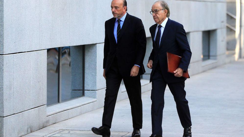 Foto: El expresidente de Indra Javier Monzón (i) a su llegada este viernes a la Audiencia Nacional. (EFE)