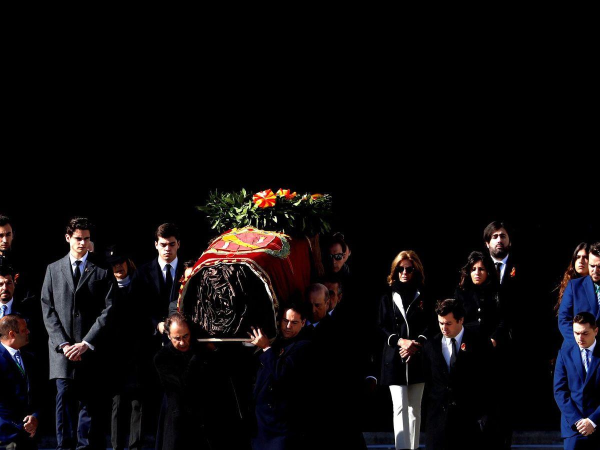 Foto: Los restos de Franco salen de la basílica del Valle de los Caídos. (EFE)