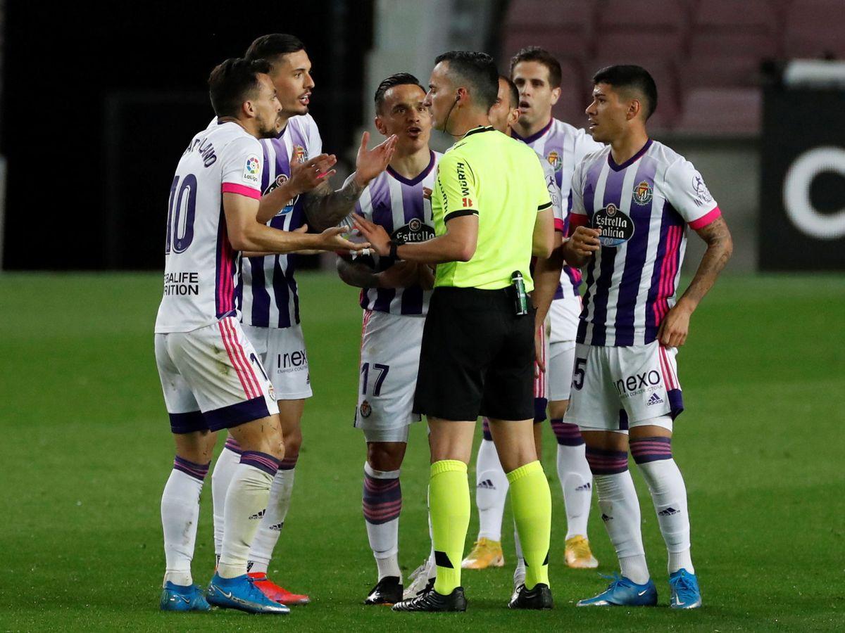 Foto: Los jugadores del Valladolid protestan al árbitro Jaime Latre. (Efe)