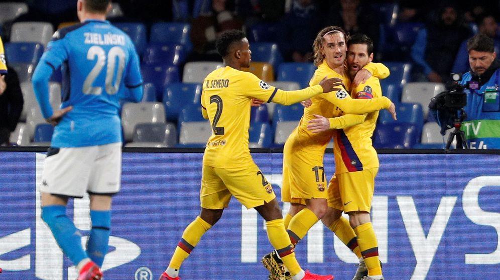 Foto: Griezmann abraza a Messi tras marcar el gol del Barcelona ante el Nápoles. (Reuters)