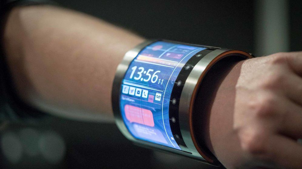 Foto: El prototipo de pantalla curva y flexible que podría hacer realidad los móviles plegables. (Foto: MAM)
