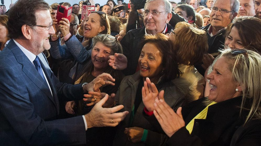 Foto: Rajoy visita Las Mesas, una localidad de Cuenca. (EFE)