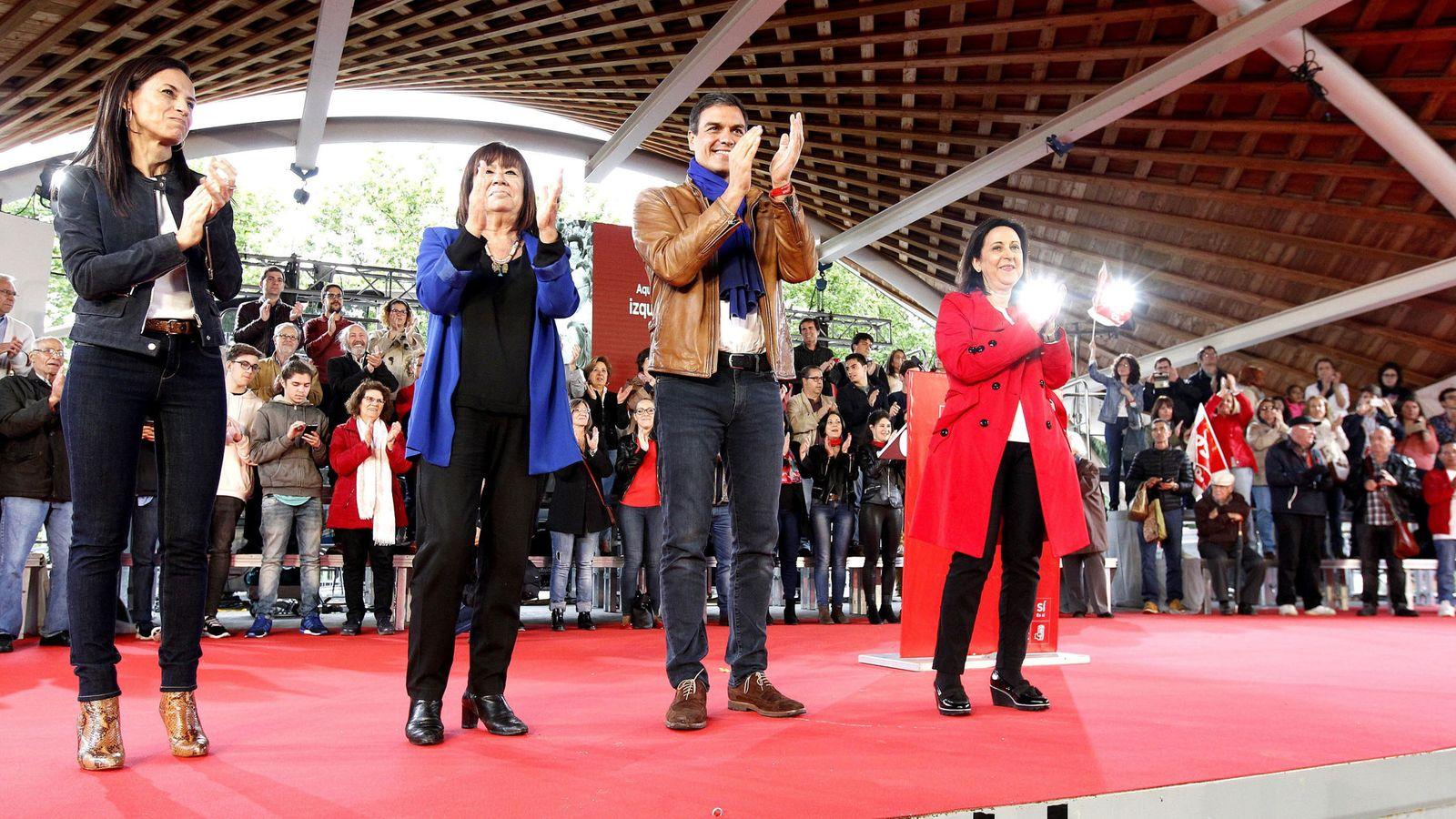Foto: Pedro Sánchez, con las exministras Cristina Narbona y Beatriz Corredor, y la diputada Margarita Robles, el pasado 11 de mayo en Madrid. (EFE)