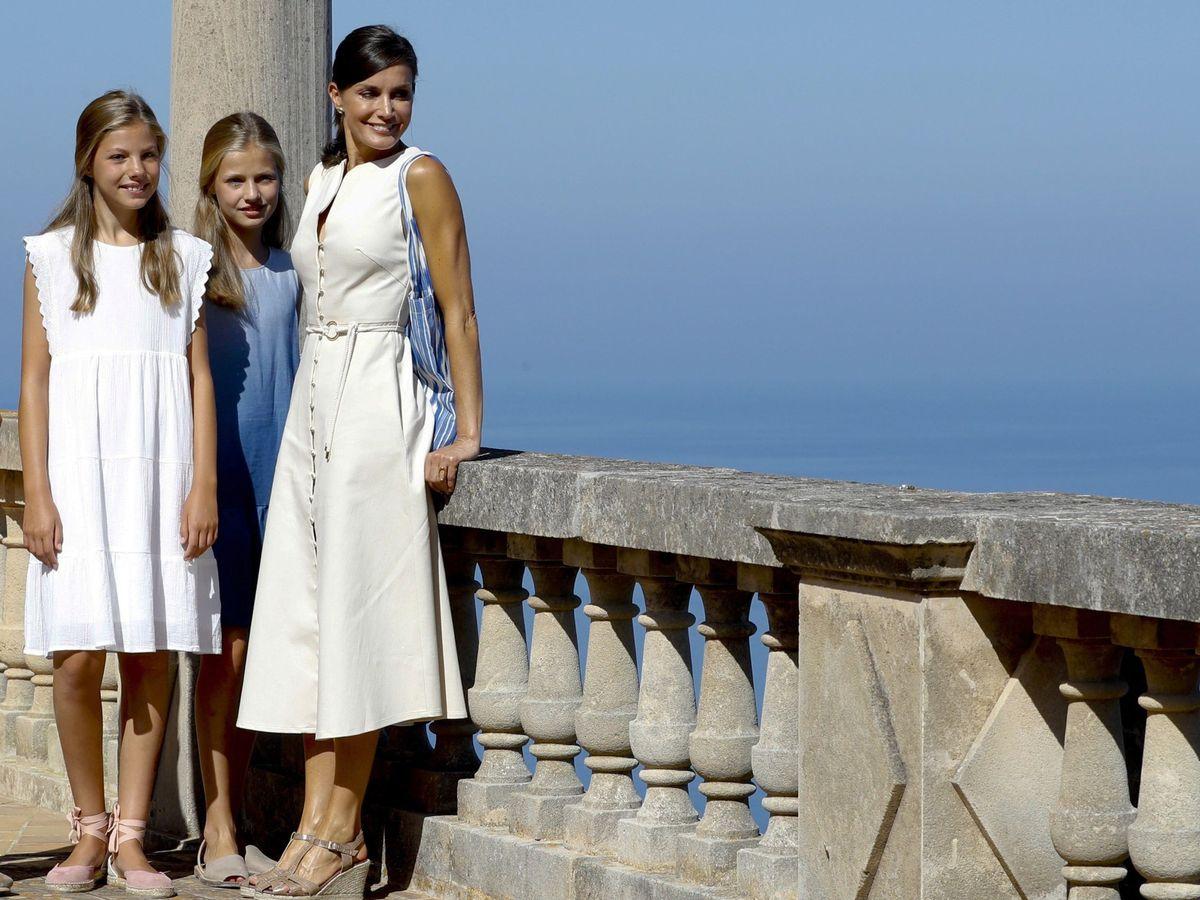 Foto: La Reina, con sus dos hijas. (EFE)