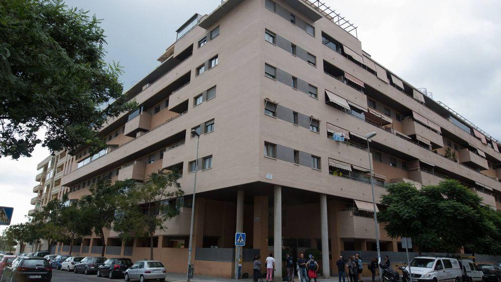 Foto: Vista general del edificio de Málaga capital donde esta mañana han fallecido una niña de 6 años y un hombre de 50