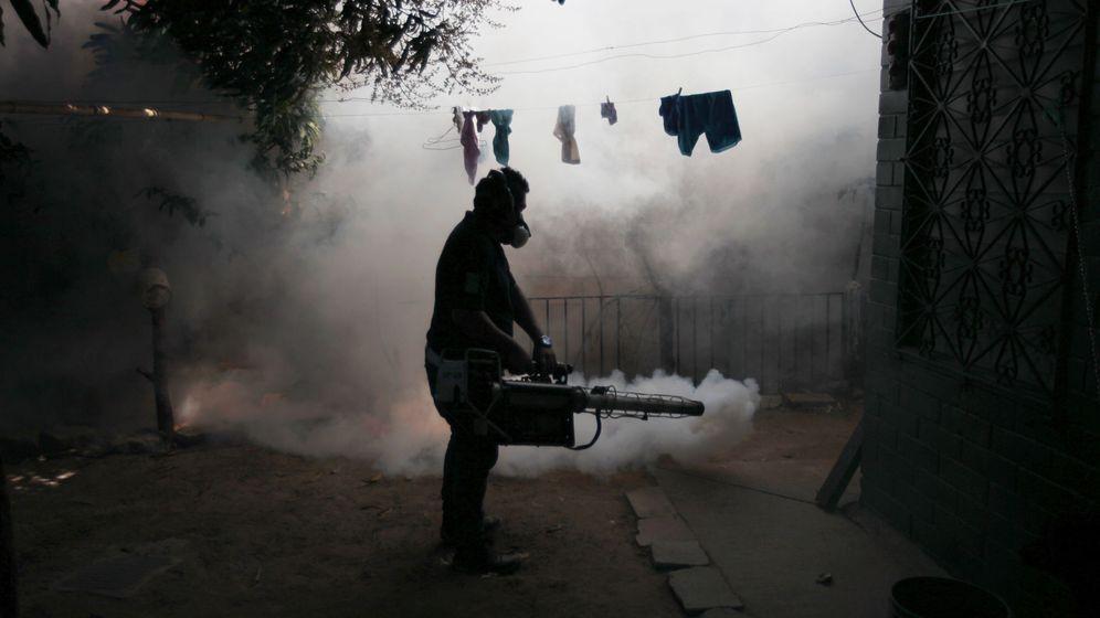 Foto: Un operario fumiga el barrio de Altos del Cerro en Soyapango, El Salvador, para eliminar al mosquito que porta el virus del Zika. (Reuters)