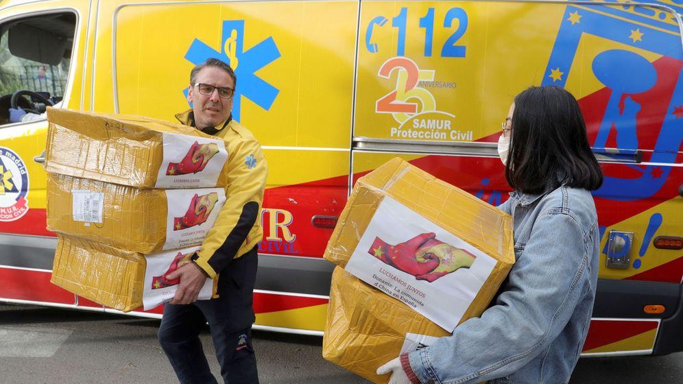 Foto: Miembros de la comunidad china entregan material de protección en la sede de la Subdirección General del Samur en Madrid. (EFE)