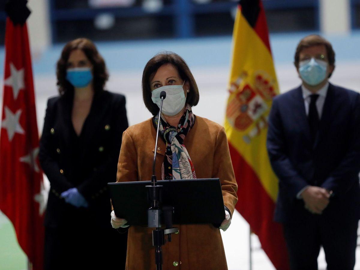 Foto: La ministra de Defensa, Margarita Robles (c), durante el acto oficial del cierre como morgue del Palacio de Hielo. (EFE)