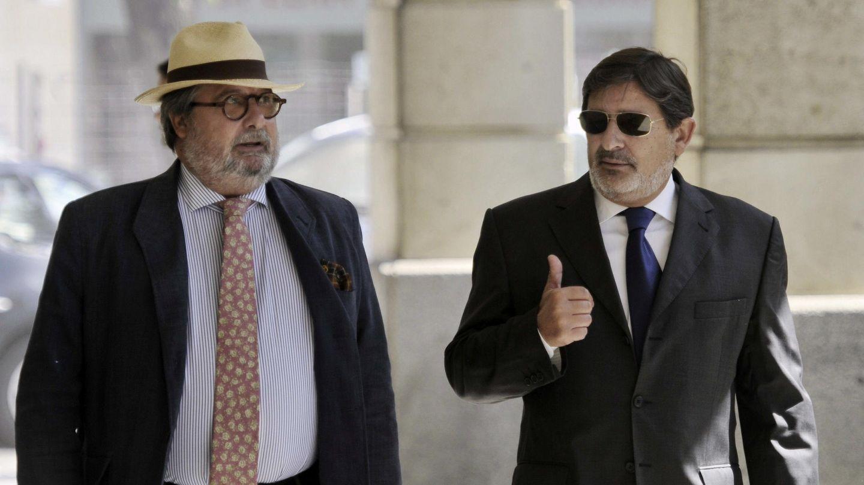 El exdirector general de Trabajo, Francisco Javier Guerrero (d) y su abogado. (Efe)