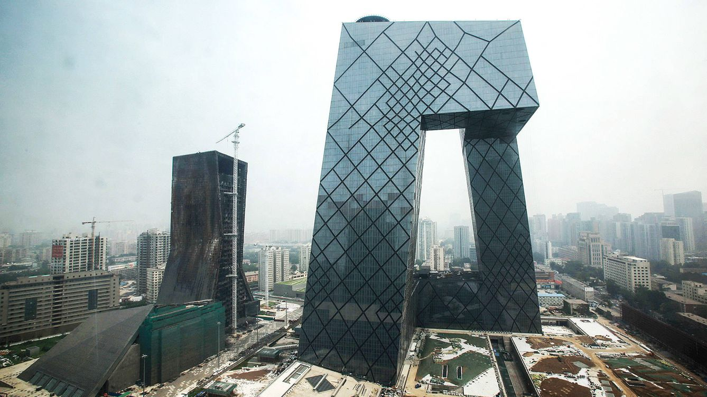 """Foto: Edificio de la televisión china, en Beijing, """"una alternativa al rascacielos tradicional"""", concebido en tres dimensiones y con un espacio interior vacío."""