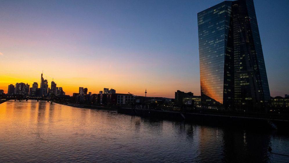 Foto: Vista del banco de Frankfurt (i) y el Banco Central Europeo (BCE). (EFE)