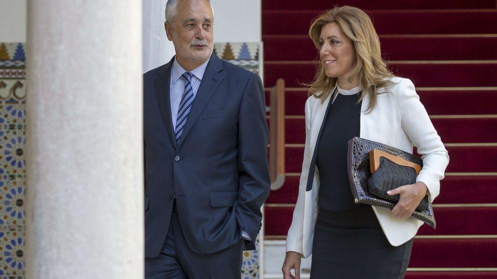 Foto: El presidente de la Junta en 2011, José Antonio Griñán, y la actual presidenta andaluza, Susana Díaz. (EFE)