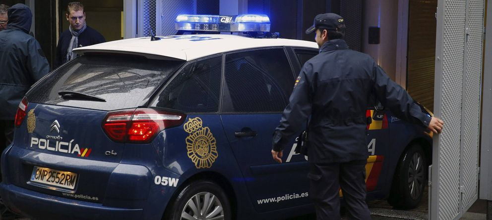 Foto: Un coche de la Policía Nacional entra en el garaje de la sede de la Audiencia Nacional. (EFE)
