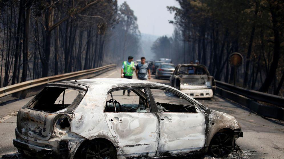 Foto: Coches carbonizados tras el incendio, en Figueiro dos Vinhos. (Reuters)