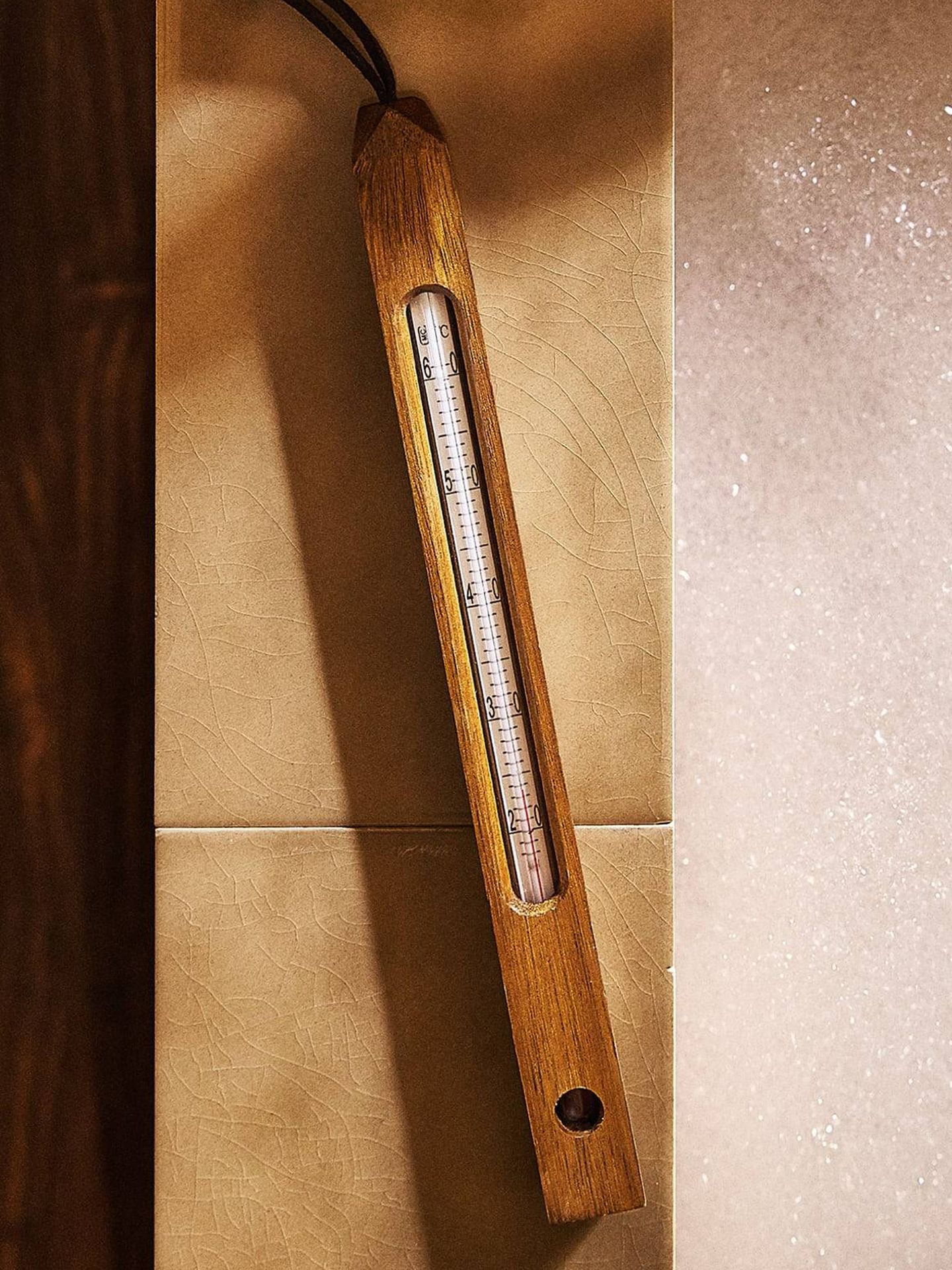 Termómetro de madera de Zara Home. (Cortesía)