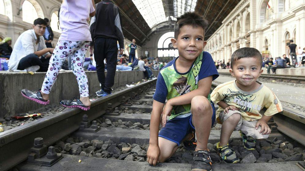 Foto: Dos niños refugiados en las vías del tren en la estación de Keleti en Budapest este jueves. (Efe)