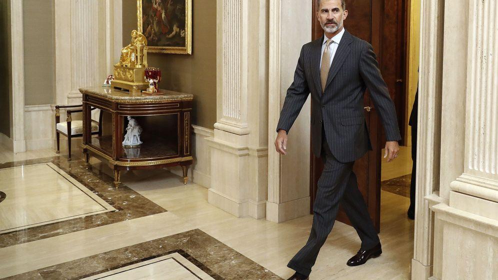 Foto: El Rey antes de las audiencias en el Palacio de la Zarzuela el pasado jueves. (EFE)