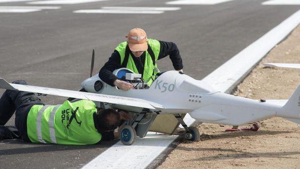 Foto: Operarios en el aeródromo de Doñana. (EFE)